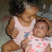 Aysha de 1 aninho cuidando de sua irmã Jheniffer de 2 meses , é um amor que só.A mamãe ama <3